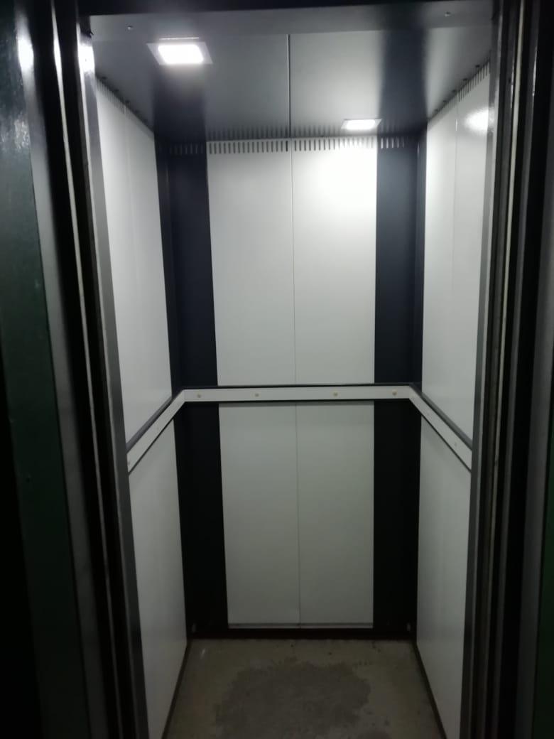 Кабина пассажирского лифта после модернизации